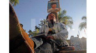 Márquez se encadenó frente a Casa de Gobierno en pedido de justicia por la muerte de su hijo en el año 2002. Fotógrafo: Mauricio Centurión / Diario UNO Santa Fe