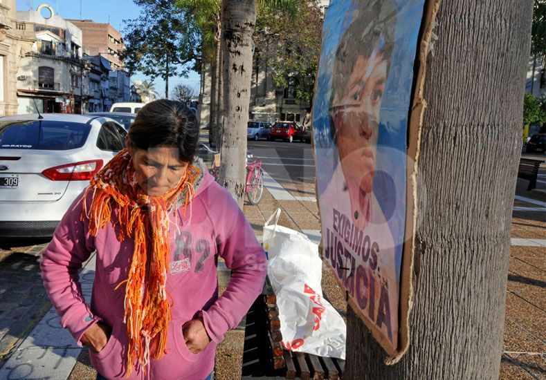Ramona acompaña a su marido en el reclamo de justicia por la muerte de su hijo en el año 2002. Fotógrafo: Mauricio Centurión / Diario UNO Santa Fe