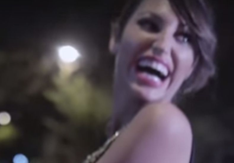"""Vicky """"está soltera"""" y muestra todo en un video"""