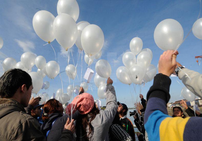 La suelta de globos que realizaron los familiares en el Puerto. / Manuel Testi.