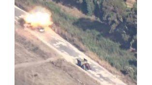 De película: un misil explotó su auto y salió caminando
