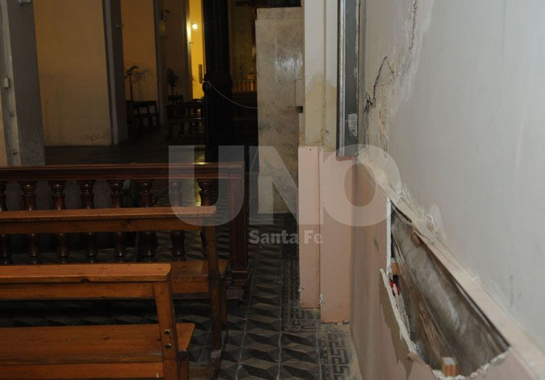 En las paredes del interior hay caída de revoque fino y grueso; y hasta se está desprendiendo un viejo arreglo que se había hecho en una de las paredes del lado oeste del edificio.