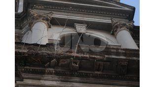 La mampostería de los techos de la fachada de calle La Rioja se desprendieron en todo el sector izquierdo. En su lugar y producto de la humedad que filtra