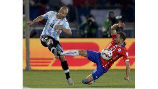 Javier Mascherano (Argentina) y Marcelo Díaz (Chile)