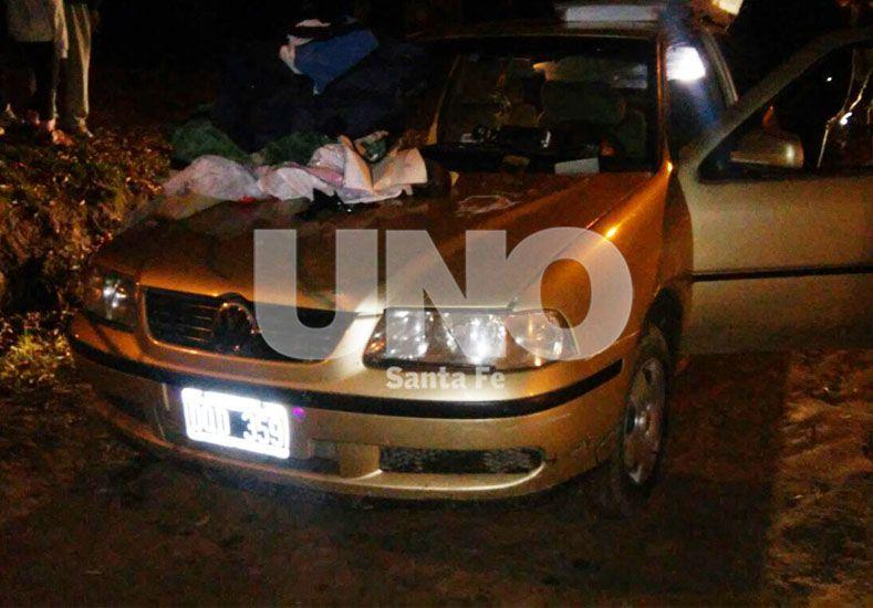 El auto robado que fue secuestrado luego de la persecución y enfrentamiento a tiros entre ladrones y policías en Venado Tuerto.