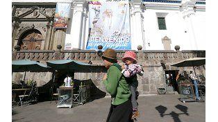 Una gigantografía en la plaza principal de Quito le da la bienvenida al Papa Francisco