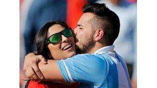 ¡Le rompió la boca! El apasionado beso entre una chilena y un argentino