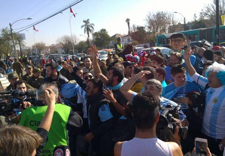 Cruce picante entre hinchas argentinos y chilenos a horas de la final
