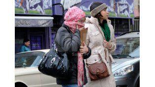 Vestimenta adecuada. Es uno de los pasos preventivos fundamentales para salir a la calle./ Juan M. Baialardo.