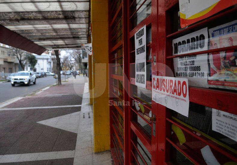 Puertas bloqueadas. La disposición de cierre del negocio fue determinada por el municipio local./ Juan M. Baialardo.