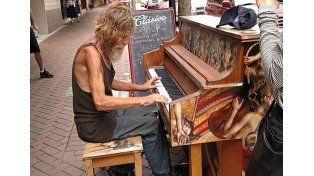Mirá cómo este indigente sorprende tocando el piano