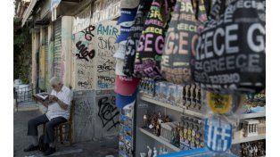 Sin clientes. Un modesto negocio espera en vano a los extranjeros en el distrito turístico Monastiraki