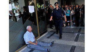 El llanto de un jubilado es la foto de la crisis en Grecia