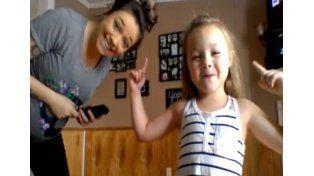 El divertido baile de una extrovertida niña y su madre