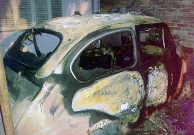 El Fiat 600 incendiado en Altos del Valle./ gentileza @Veroenesinas.