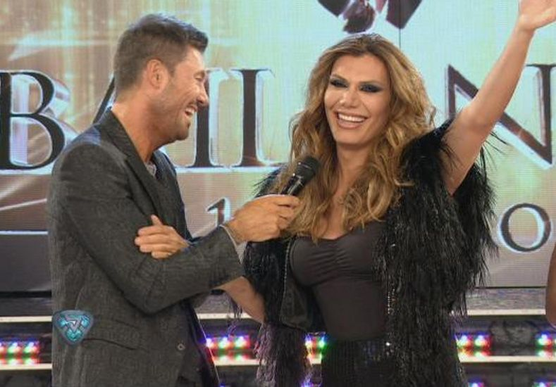 Las bromas de Tinelli y Flor de la V sobre la calza de Vicky Xipolitakis en el vuelo del escándalo