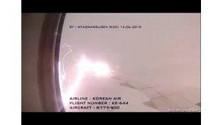 Mirá el momento justo en el que un rayo golpea a un avión