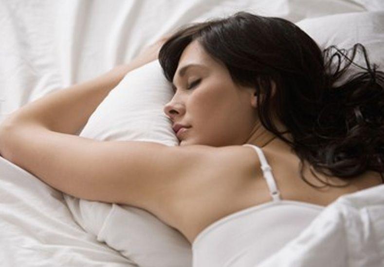 Posiciones al dormir que dicen cómo es una mujer en sus relaciones