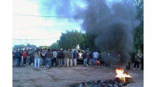 Trabajadores realizan un piquete en ruta 11 a la altura de San Lorenzo por un reclamo salarial