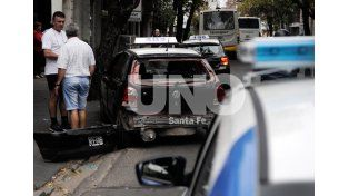 Contra la vereda. Quedó el taxi tras el fuerte impacto que recibió de atrás por parte del colectivo.