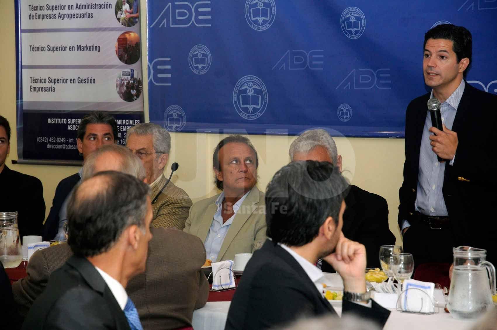 En la sede de ADE. Laspina habla ante el auditorio