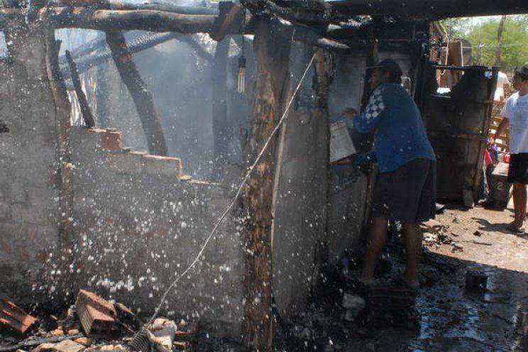 Santiago del Estero: una mujer golpeada fue a pedir ayuda y su pareja quemó la casa con sus hijos adentro