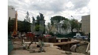 Así está el socavón de Urquiza y Bulevar.