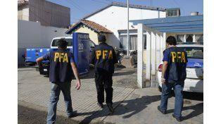 Agentes de la Policía Federal ingresando esta mañana en al seccional de Empalme Graneros