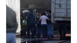 Empleados y personas allegadas a la empresa se consuelan ante el desolador panorama. (Foto: Celina M. Lovera).