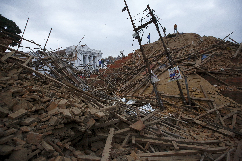 Rescatistas buscan sobrevivientes en las ruinas de un templo que se desmoronó en Kathmandu