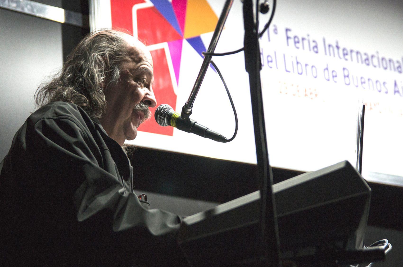 Nebbia cerró la jornada con una presentación acústica./ Secretaría Comunicación Social.