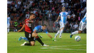 El momento crucial en el que Cristian García impacta el balón para marcar su primer gol con la camiseta de Colón