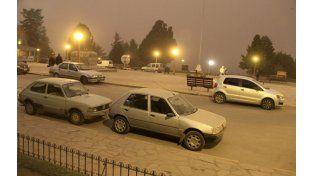 El Centro Cívico de la San Carlos de Bariloche se mostraba como en plena noche a las 10 de la mañana. (Foto: NA)