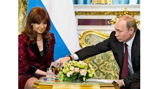 Putin le sirve agua a Cristina Fernández.