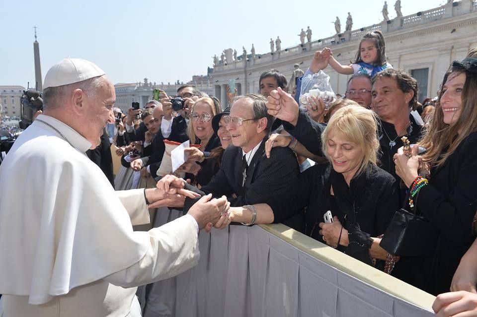 Feliz. El momento en que Beto estuvo en contacto con el Papa.