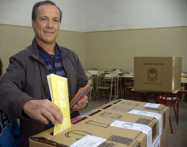 El senador emitió su voto en el ex Colegio Nacional de Rosario.