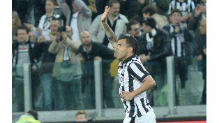 Carlos Tevez saluda a la tribuna tras marcar el primer tanto frente a Lazio. (Foto: AP)