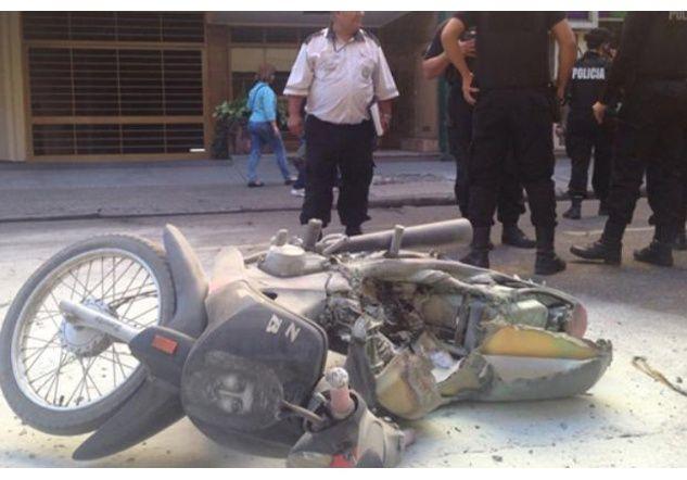 Insólito: No quería que le llevaran la moto y le prendió fuego