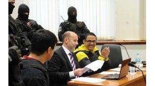 Máximo Ariel Guille Cantero (de amarillo y negro) junto a su representante legal en una audiencia.