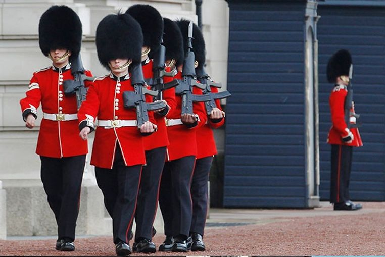 ¡Qué dolor! el golpazo de un guardia del Palacio de Buckingham