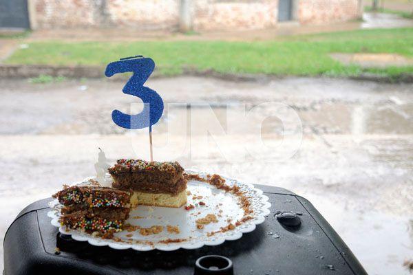 Aniversario. Los vecinos compartieron una torta para celebrar.