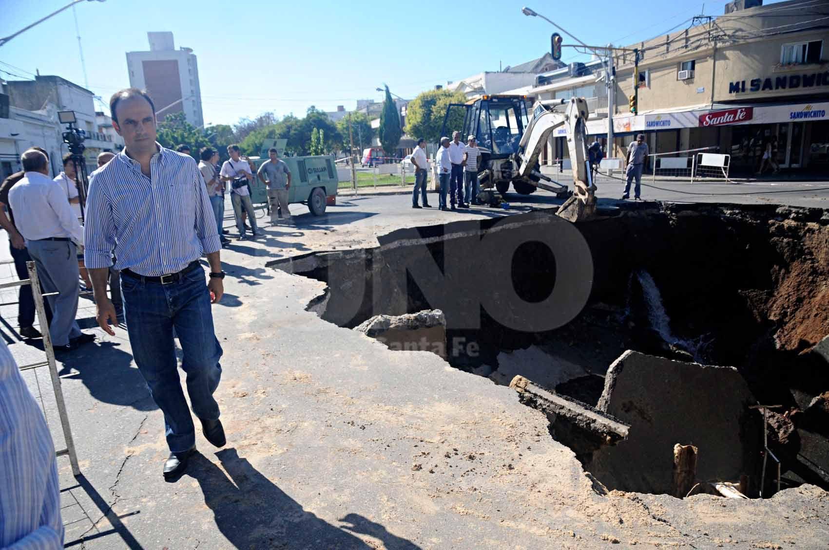 Socavón. El intendente en Urquiza y Bulevar