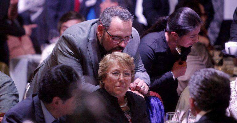 Declaró el hijo de Bachelet en un caso de presunta corrupción que volteó la imagen positiva de la presidenta