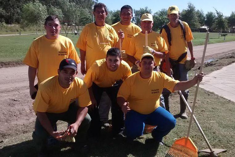 Ocho jóvenes, día a día, ponen a punto el barrio Peñaloza Norte