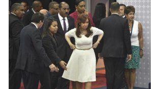 La presidenta se acomoda para sacarse la foto junto a todos los mandatarios. (Foto: AFP)