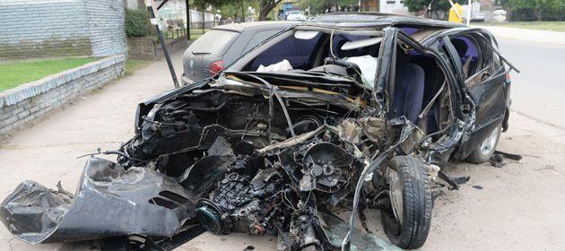 El Peugeot 206 que conducía el joven oriundo de Rolda´n chocó violentamente contra el camión. (Foto: E. Rodríguez Moreno)