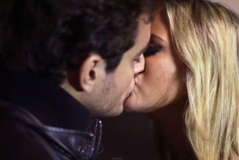 A los besos con otro