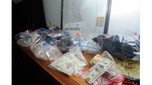 Evidencia. Los elementos que fueron secuestrados desde la habitación de un hotel céntrico de la ciudad de Santa Fe.