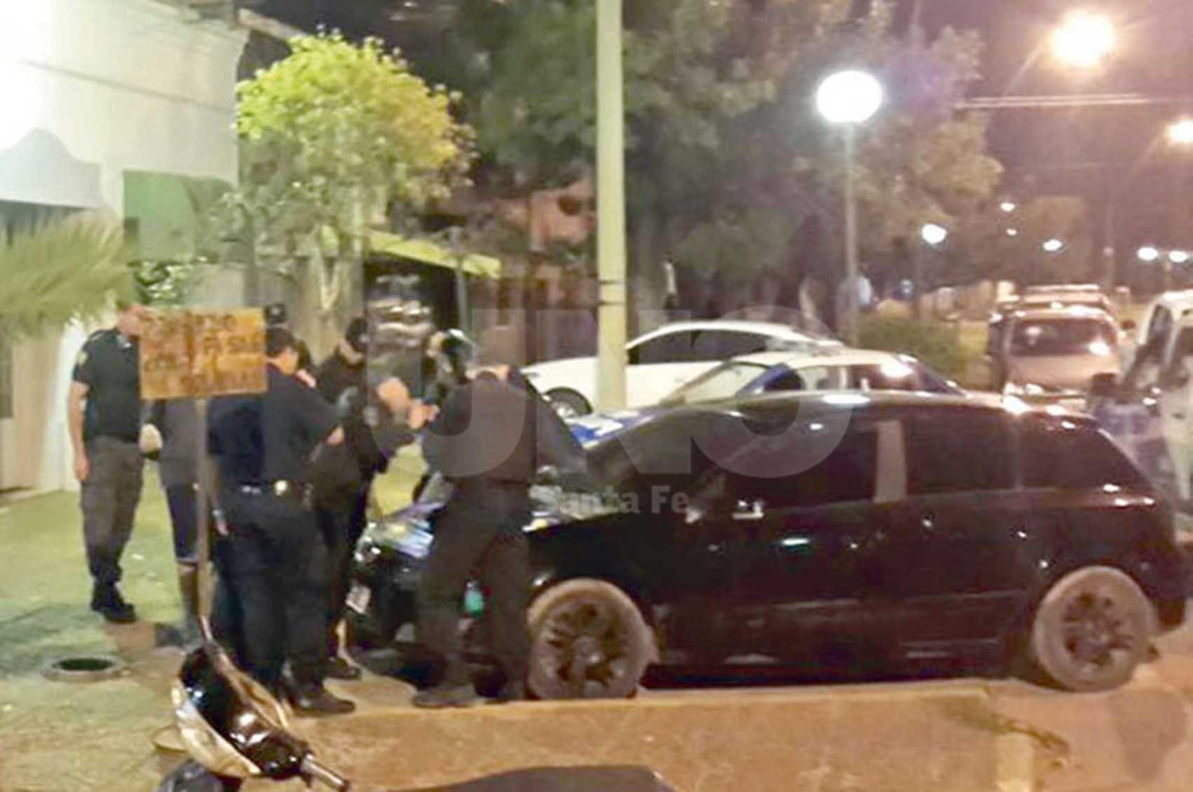 El auto negro. El color del auto fue uno de los indicios para detenerlo.
