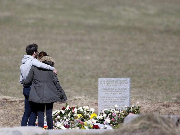 Familiares de las víctimas visitan el monolito en homenaje a los fallecidos del avión de Germanwings